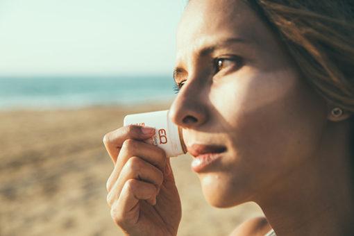 comment mettre du stick solaire coloré sur le visage