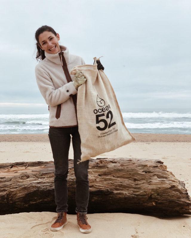 lolita brisson du blog surf madame en train de ramasser des déchets sur la plage