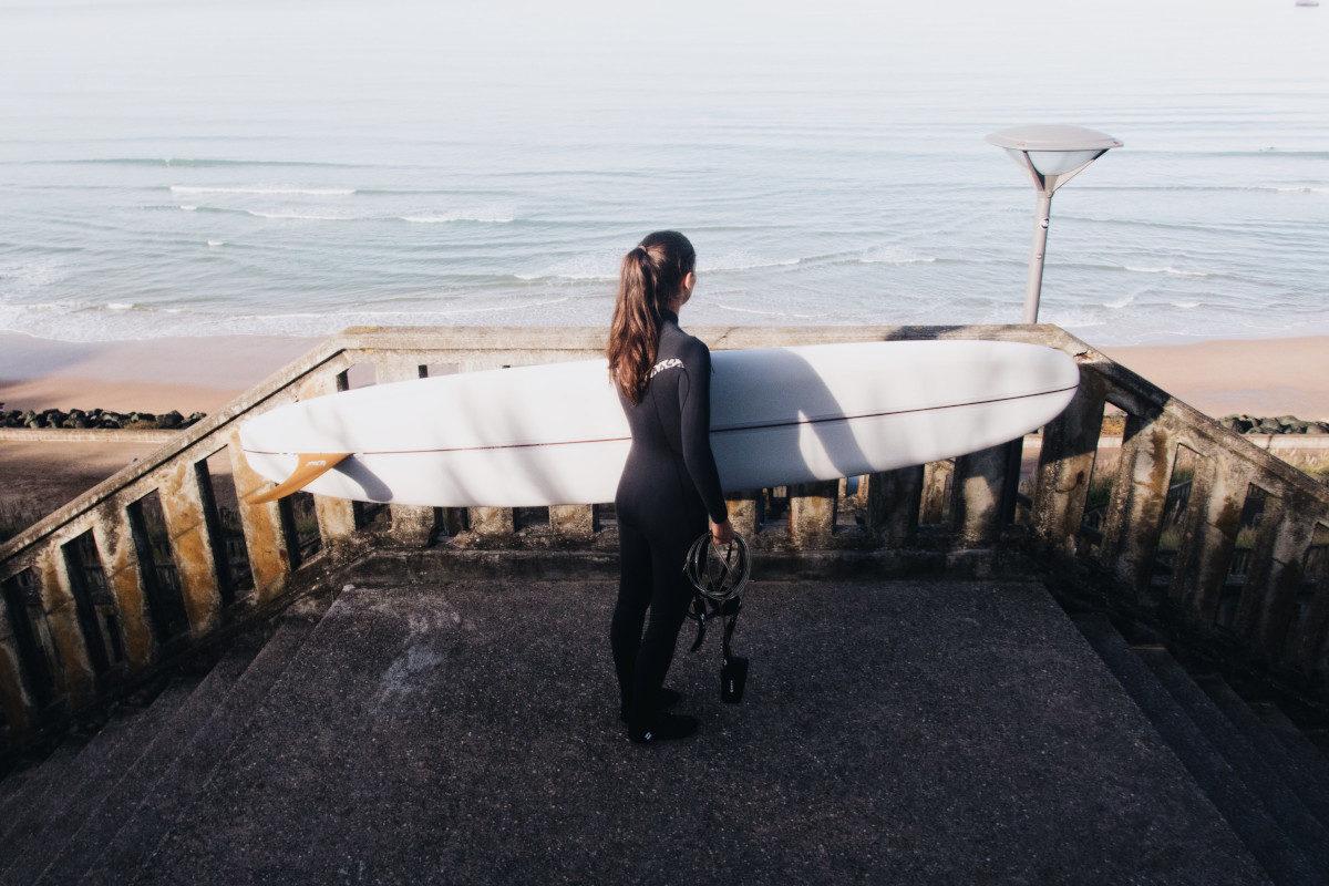 lolita brisson du blog surf madame avec un surf