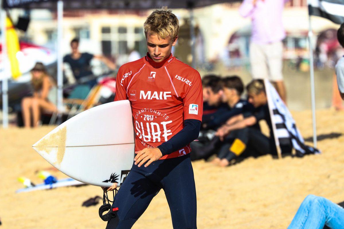 Erwan Blouin avec son surf competition 1200x800 - Rencontre avec Erwan Blouin un surfeur engagé