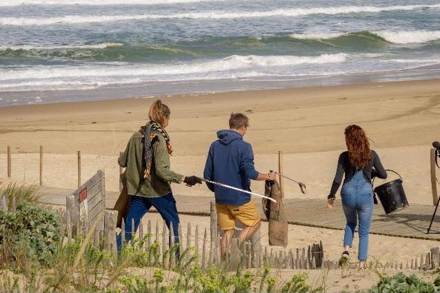 Erwan Blouin nettoyage de plage - Rencontre avec Erwan Blouin un surfeur engagé