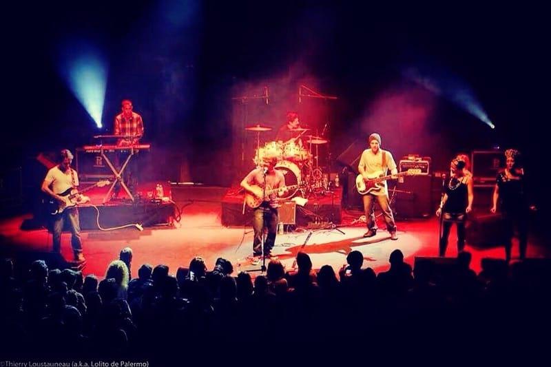 Tom en concert avec ses musiciens