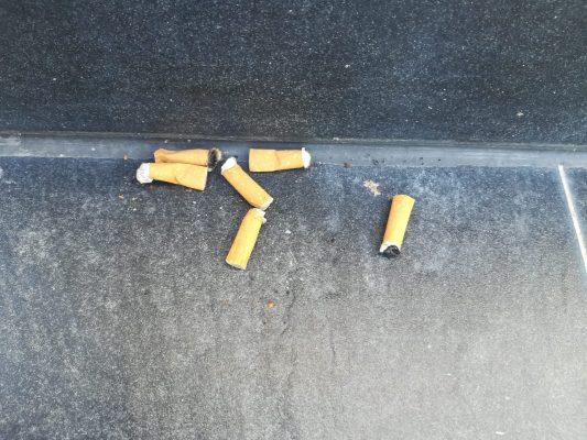 mégots de cigarettes sur le sol