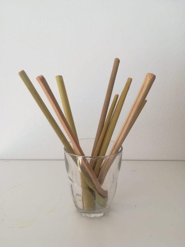 verre avec une dizaine de pailles en bambou