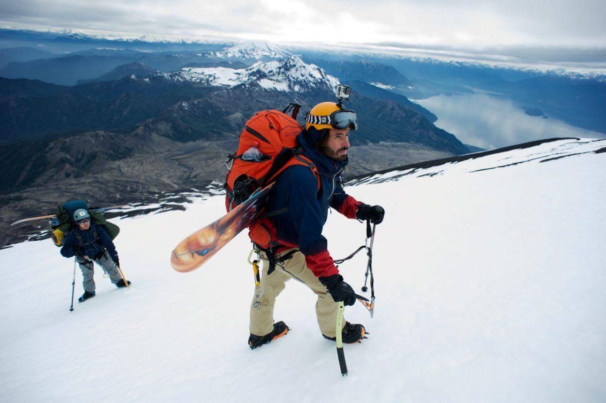Damien Castera en expédition sur une montagne avec son snowboard
