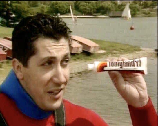 Alain Chabat avec un tube de Toniglandyl dans la main