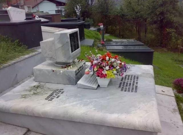 une tombe en forme d'ordinateur