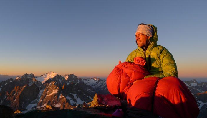 Cedric Cointre avec son sac de couchage au sommet de la Meije