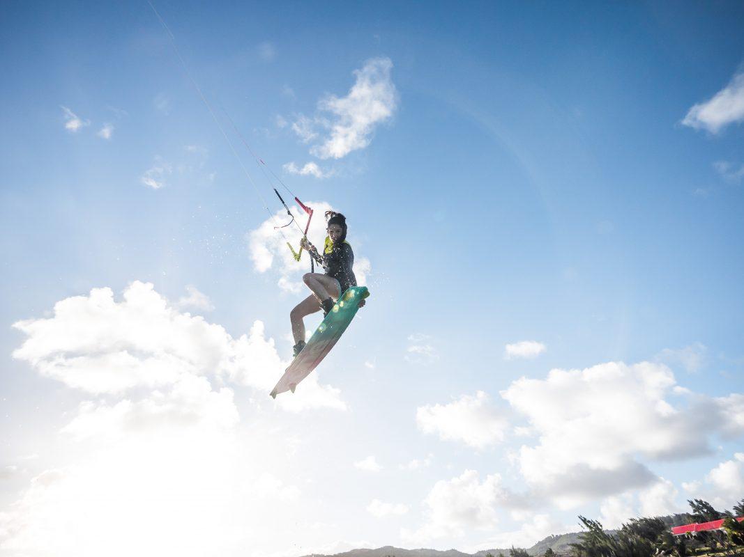 celine en kitesurf dans les airs