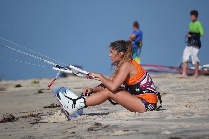 céline sur le sable avec son kitesurf
