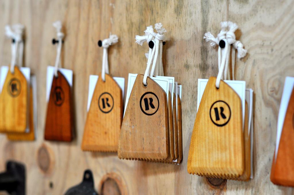 peigne a wax en bois