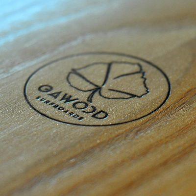 logo gawood gravé sur planche de surf