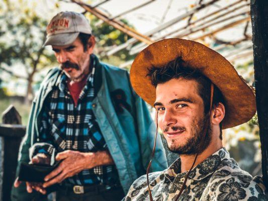 Antoine simon avec un grand chapeau sur la tête